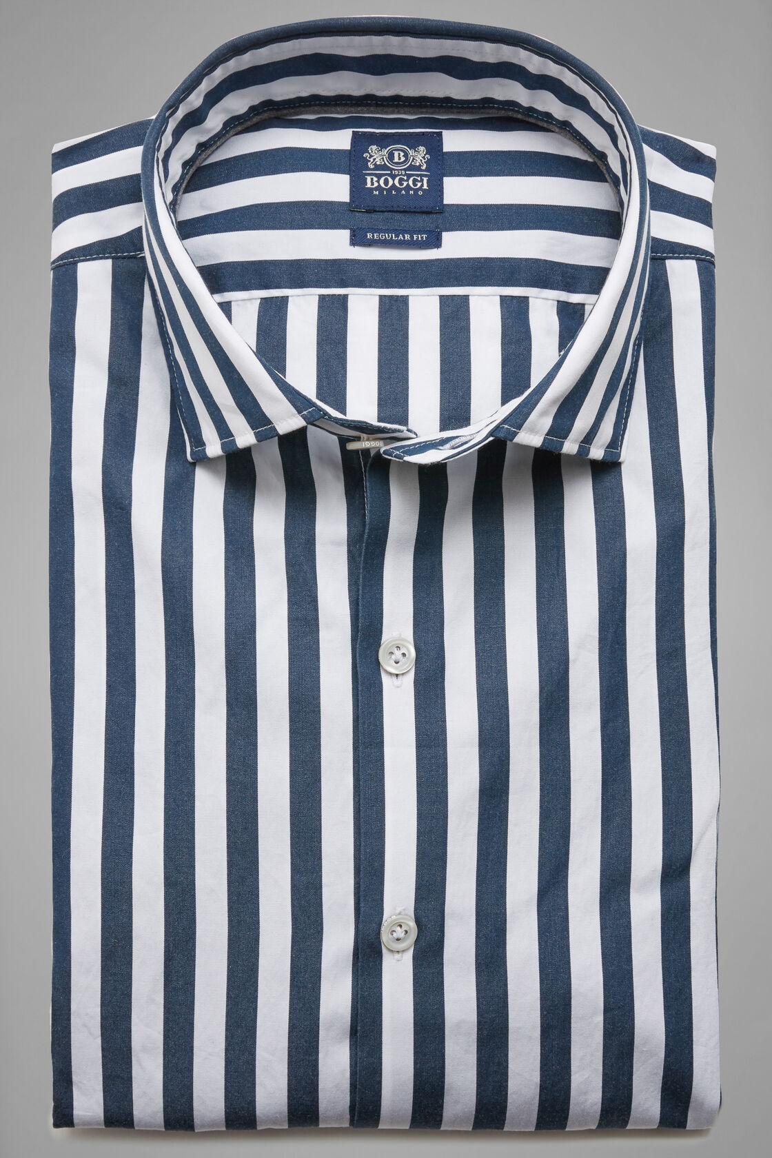 braun und weiß gestreiften hemd